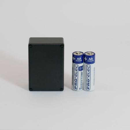 iBeacon 2 x AA – LR 6 Alcaline 1,5 V (fournies), remplaçables. Capacité : 2600 mAh