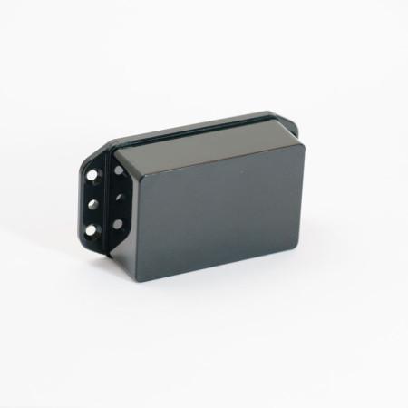 """iBeacon pile AA IP65. Ce beacon a été conçu pour résister au conditions très humides comme les installations en extérieur. iBeacon adapté aux déploiements """"outdoor"""" comme """"indoor"""", destiné à une fixation par vis ou rivets dans les parties techniques, sur des panneaux d'affichage, une signalétique, ou même sur du matériel roulant."""
