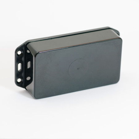 """iBeacon pile C. Ce beacon a été conçu pour résister au conditions très humides comme les installations en extérieur. Une autonomie augmenté par la capacité des piles. iBeacon adapté aux déploiements """"outdoor"""" comme """"indoor"""", destiné à une fixation par vis ou rivets dans les parties techniques ou même sur du matériel roulant."""